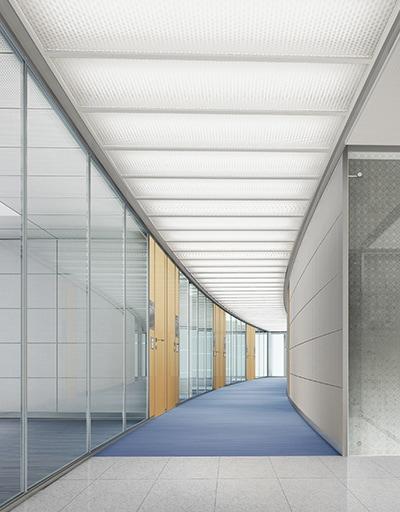 Langer Flur mit Büroräumen bei TR Plus