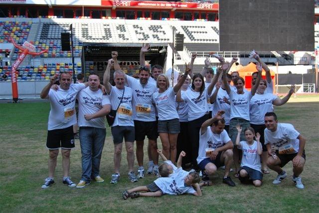 TR Plus Team Gruppenfoto auf Fussballfeld