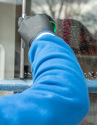 Nahaufnahme bei der Fensterreinigung