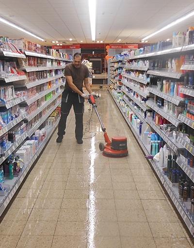 Mitarbeiter von TR Plus reinigt den Flur eines Kaufhauses