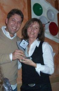 TR Plus Mitarbeiterin des Jahres bekommt Pokal überreicht