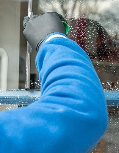 Nahaufnahme bei der Reinigung eines Fensters